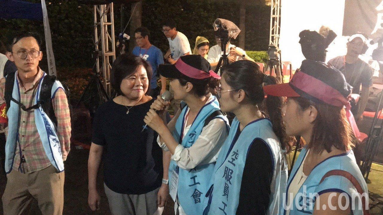 勞動部部長許銘春(左二)昨晚到桃園南崁長榮航運總部前,探視罷工中的空服員、工會會...