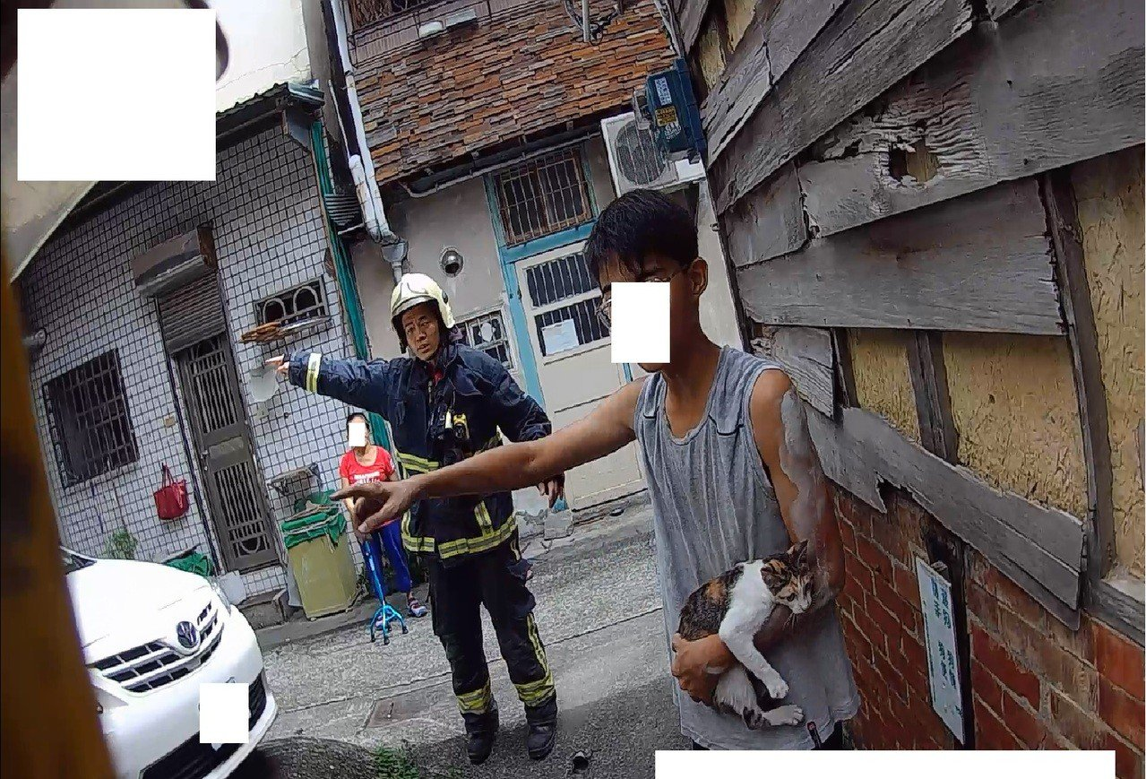國中生為了救愛貓,危險攀爬到民宅3樓。照/嘉義市消防局提供