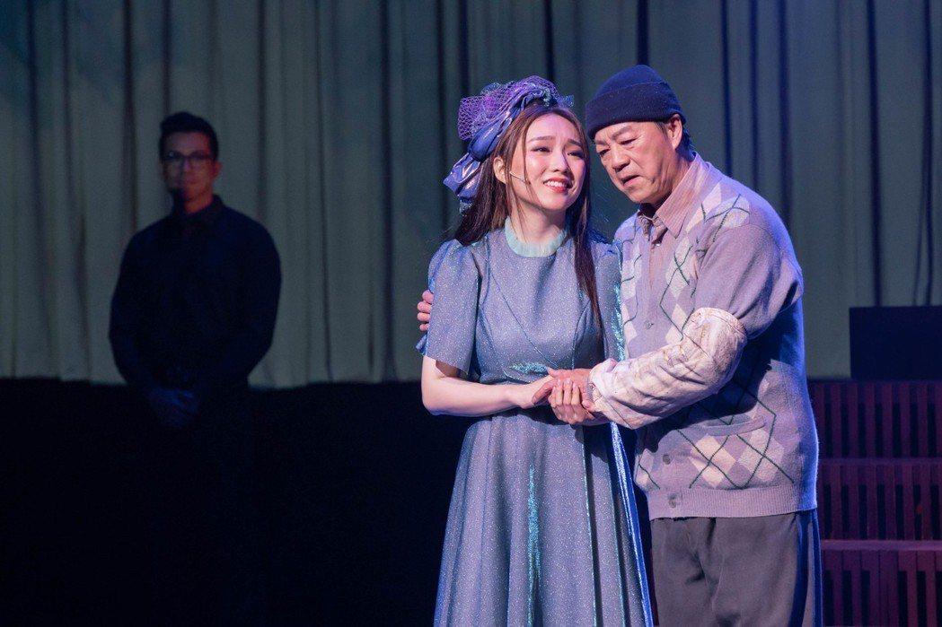 閻奕格(左)跟狄龍搭檔演出「搭錯車」音樂劇。圖/春天實驗劇場提供