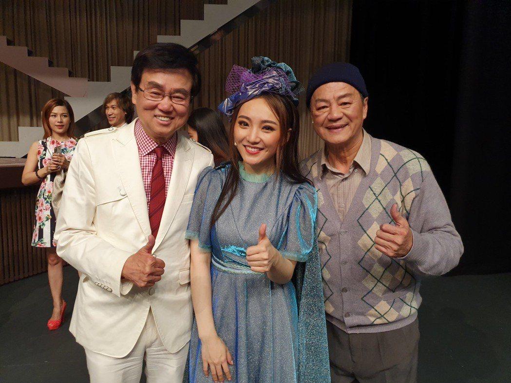 黃百鳴(左起)到場欣賞閻奕格、狄龍演出的音樂劇。圖/春天實驗劇場提供