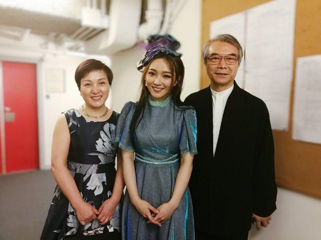 閻奕格(中)在香港主演「搭錯車」音樂劇,爸媽到場力挺。圖/春天實驗劇場提供