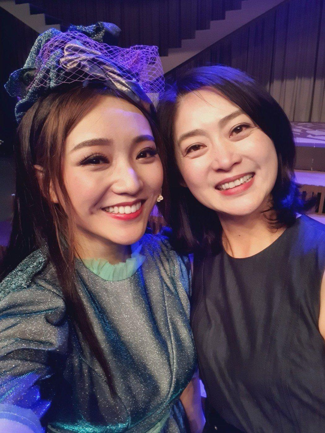 閻奕格(左)的唱功讓「搭錯車」電影女主角劉瑞琪很是敬佩。圖/春天實驗劇場提供