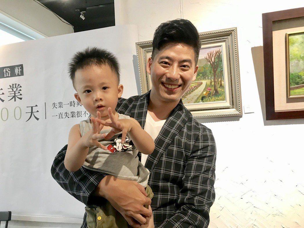 郭岱軒和小男童粉絲開心合照。圖/艾迪昇提供