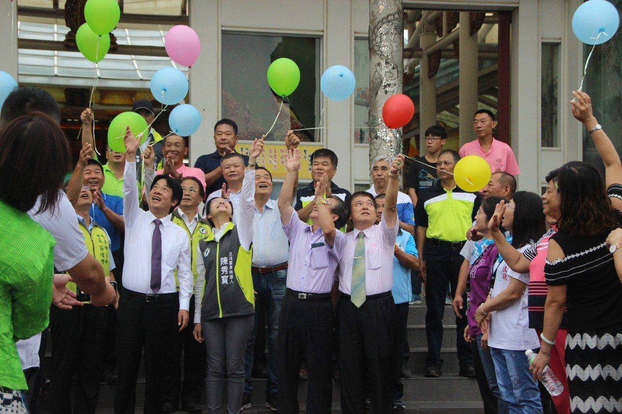 前行政院長賴清德今天到台灣玻璃廟,受到支持者歡迎。記者林敬家/攝影