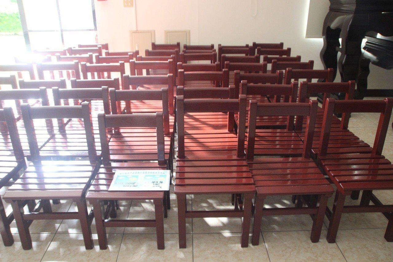實木學生座椅經整理,仍有許多補習班買來使用。記者林敬家/攝影