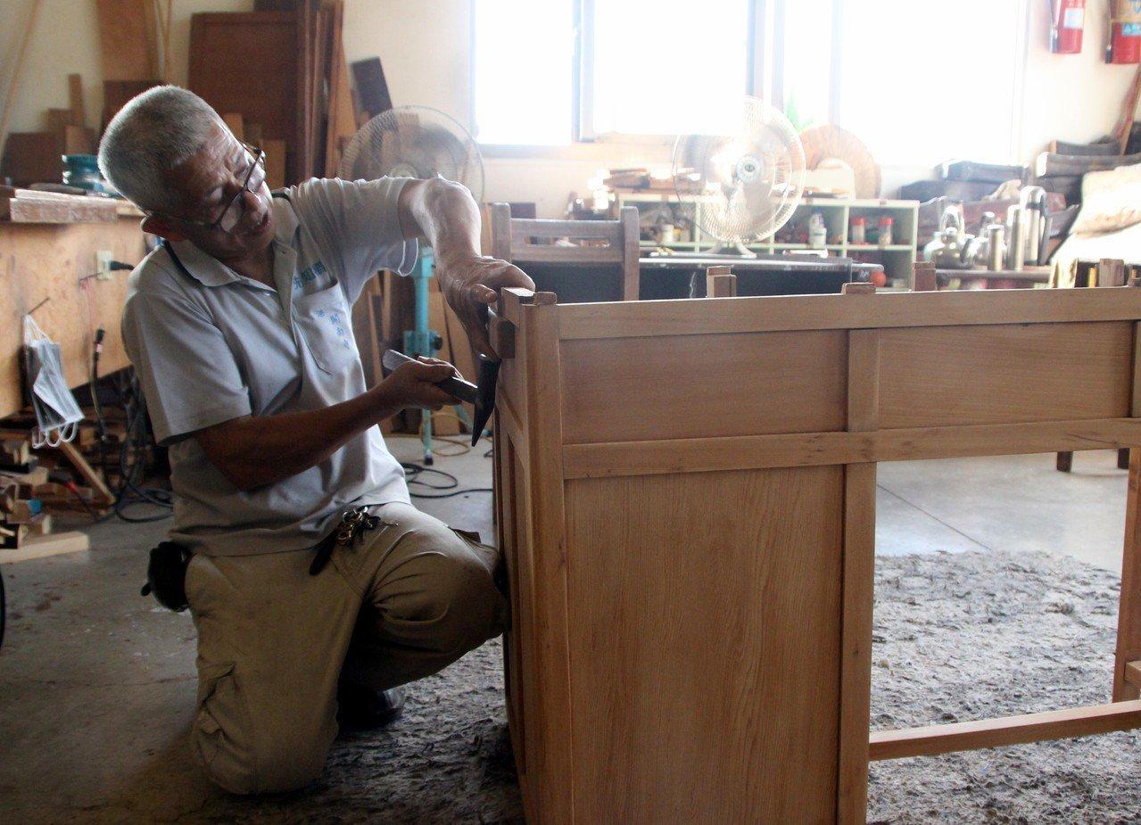 木工師傅黃文凱透過巧手讓廢家具重生。記者林敬家/攝影