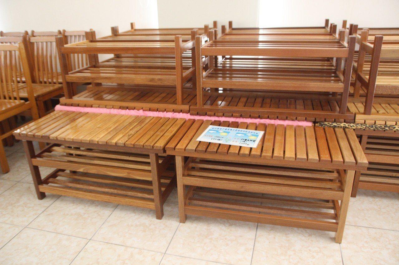 以舊床架做成的長椅。記者林敬家/攝影