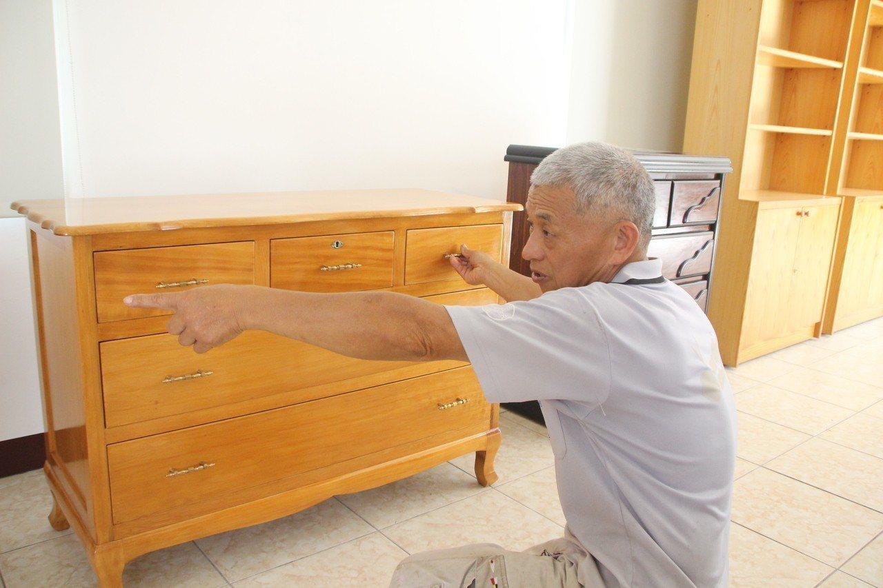 實木櫃子向來是熱銷品。記者林敬家/攝影