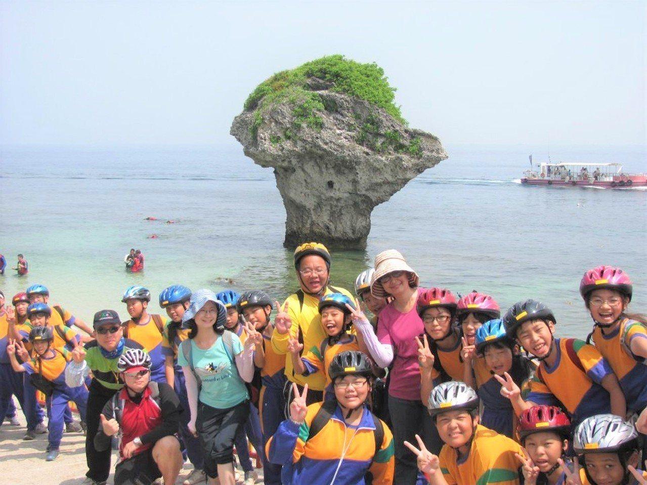 出身小琉球的國中校長蘇傳桔(中間戴眼鏡者),打從在琉球國中當主任時就是當地的最佳...