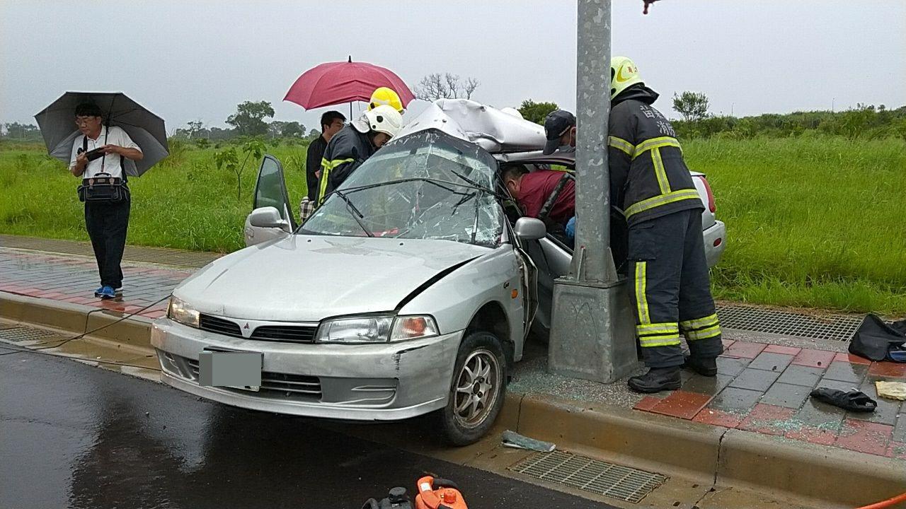 1轎小轎車下午5點多在苗栗縣銅鑼鄉銅科六路自撞路旁電線桿,車身嚴重扭曲變形,車內...