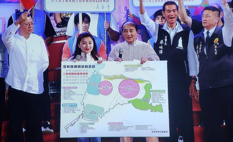 立法院前院長王金平(右三)將雲林發展願景概念圖請託前立委張嘉郡(左二)致贈給雲林縣府。記者李京昇/攝影