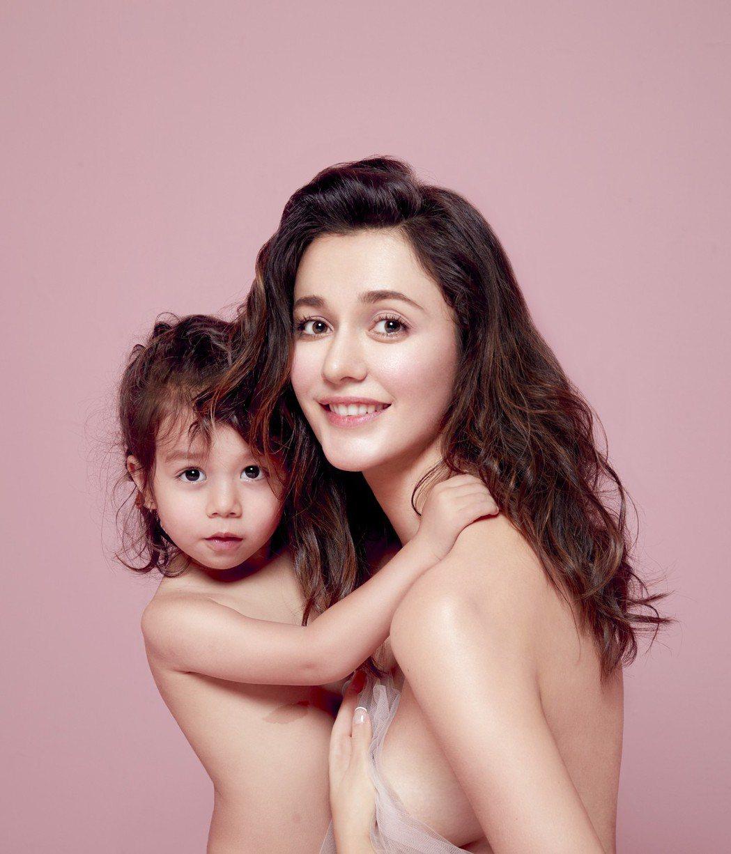 瑞莎母女裸身拍攝新書美照。圖/蓉億娛樂提供