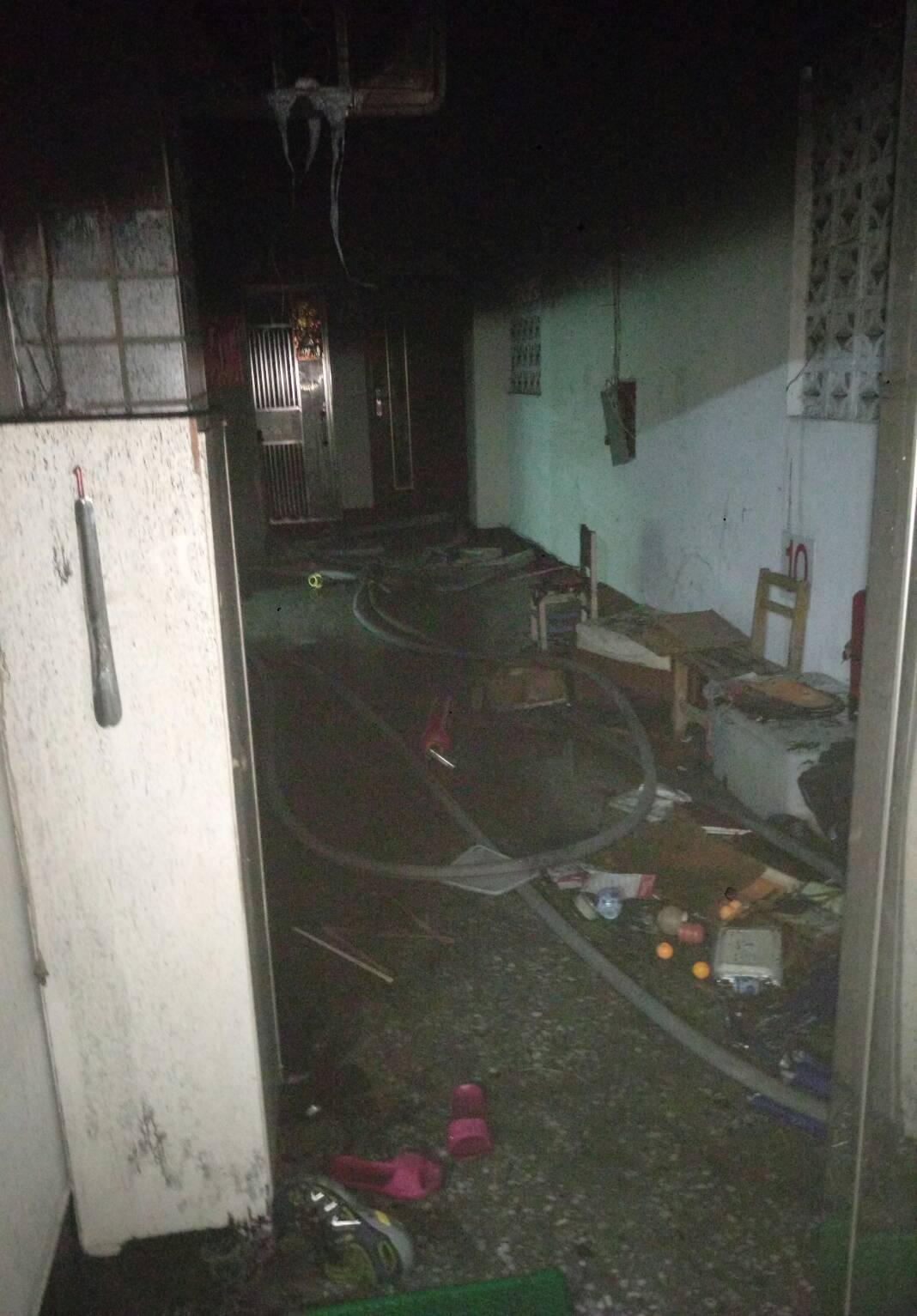 高雄市苓雅區林泉街1棟大樓10樓昨晚10點發生火警!消防人員據報到場,將一度受困...