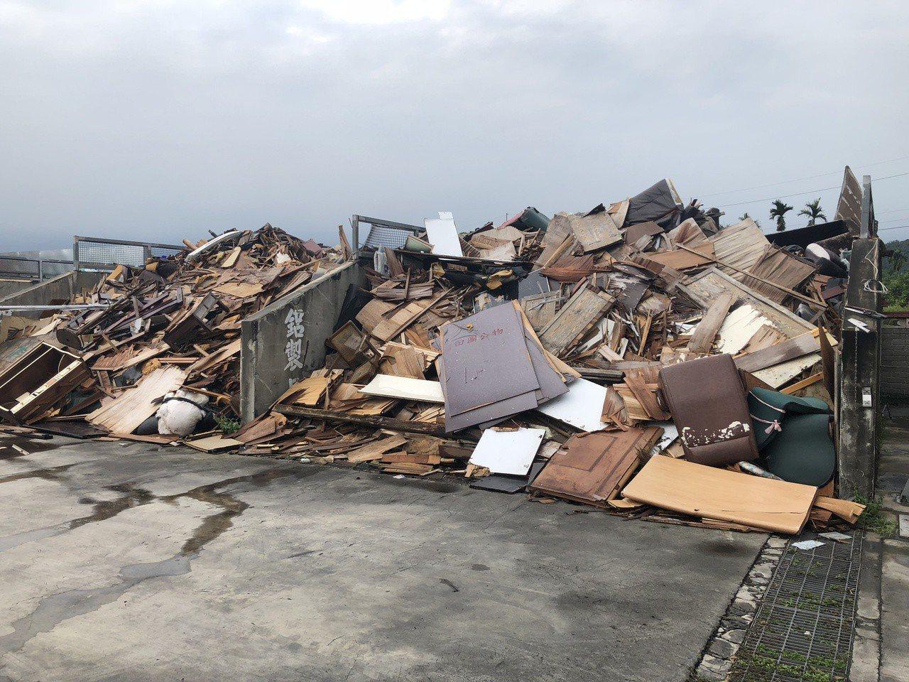 田中鎮公所堆積回收的廢家具,須分批送往溪州焚化爐處理。記者林敬家/攝影