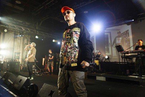 MC HotDog熱狗闊別7年才發新專輯「廢物」,今天晚間的演出也是7年後首次在legacy開唱,他脫下明星製作人、嘻哈教父等頭銜,為了跟粉絲有近距離的接觸互動,特別選擇小場地演出;而同門頑童大淵、...