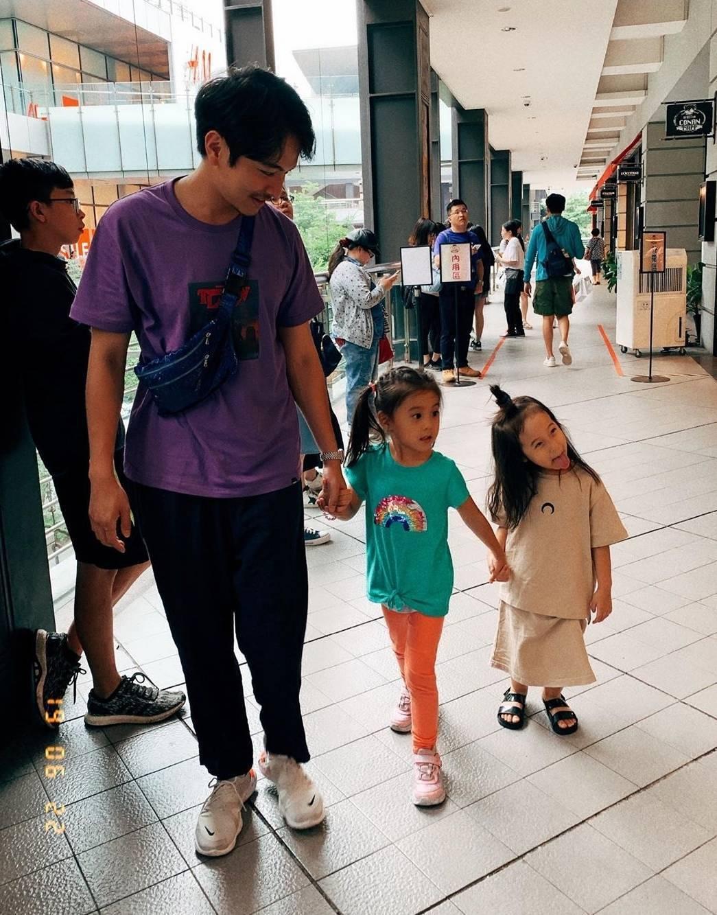 楊銘威(左起)帶咘咘、Mia出門。圖/截圖自IG