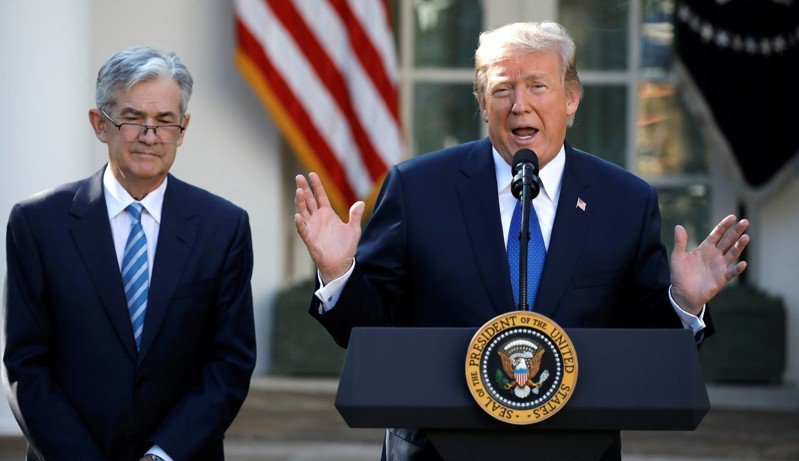 川普(右)表示,他從未揚言撤除Fed主席鮑爾(左)的主席職務。 路透