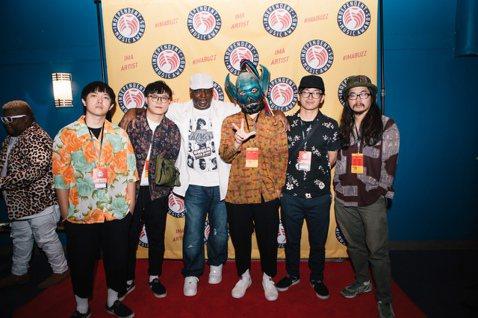 重金屬樂團「血肉果汁機」於台灣時間早上7點,在美國紐約獲領全美獨立音樂大獎的最佳專輯包裝設計獎,打敗全美許多專輯作品,實現他們一直以來想讓世界看見台灣的期盼。同行前往的專輯包裝設計師布雷克亦是台灣知...