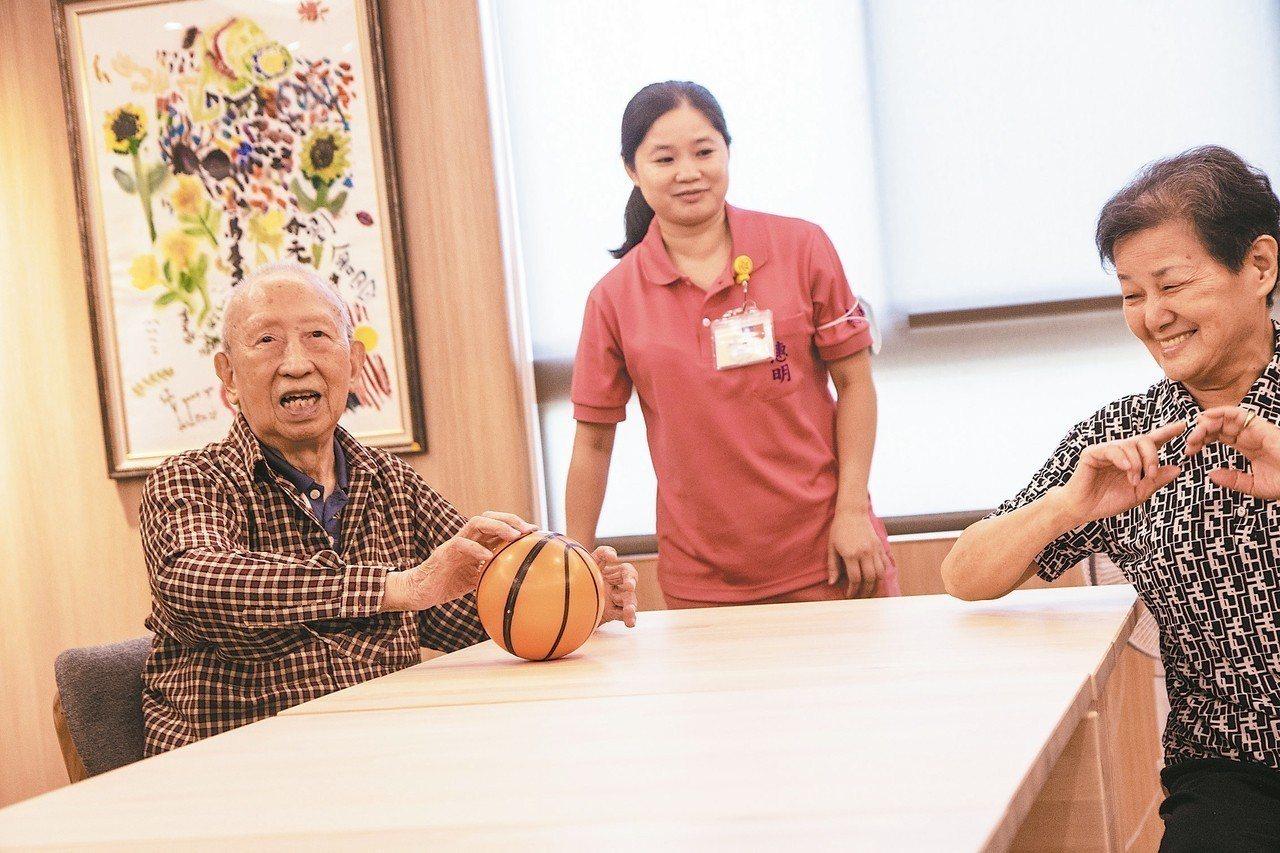 托老中心內有長輩的生活自立訓練、復能、健康促進課程,與認知、懷舊、手作、烹調活動...