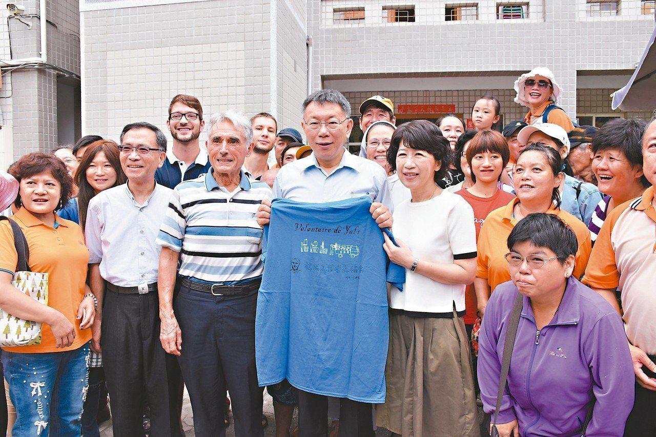 劉一峰神父(前排左三)送紀念T恤給台北市長柯文哲(前排左四)。 記者王思慧/攝影