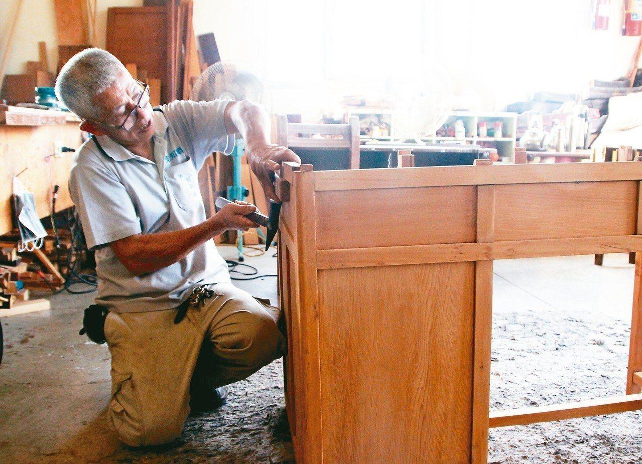 廢棄大型家具回收再利用廠木工師傅黃文凱,透過巧手讓廢家具重生。 記者林敬家/攝影