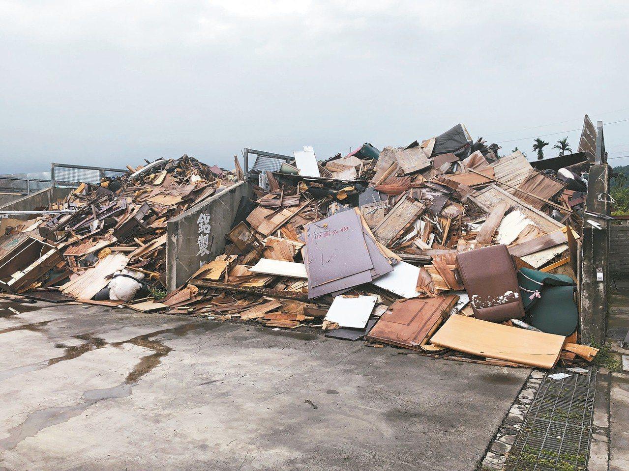 彰化縣田中鎮公所清潔隊長期收到大量廢棄家具,不能回收的材料堆在隊部,須分批送往焚...