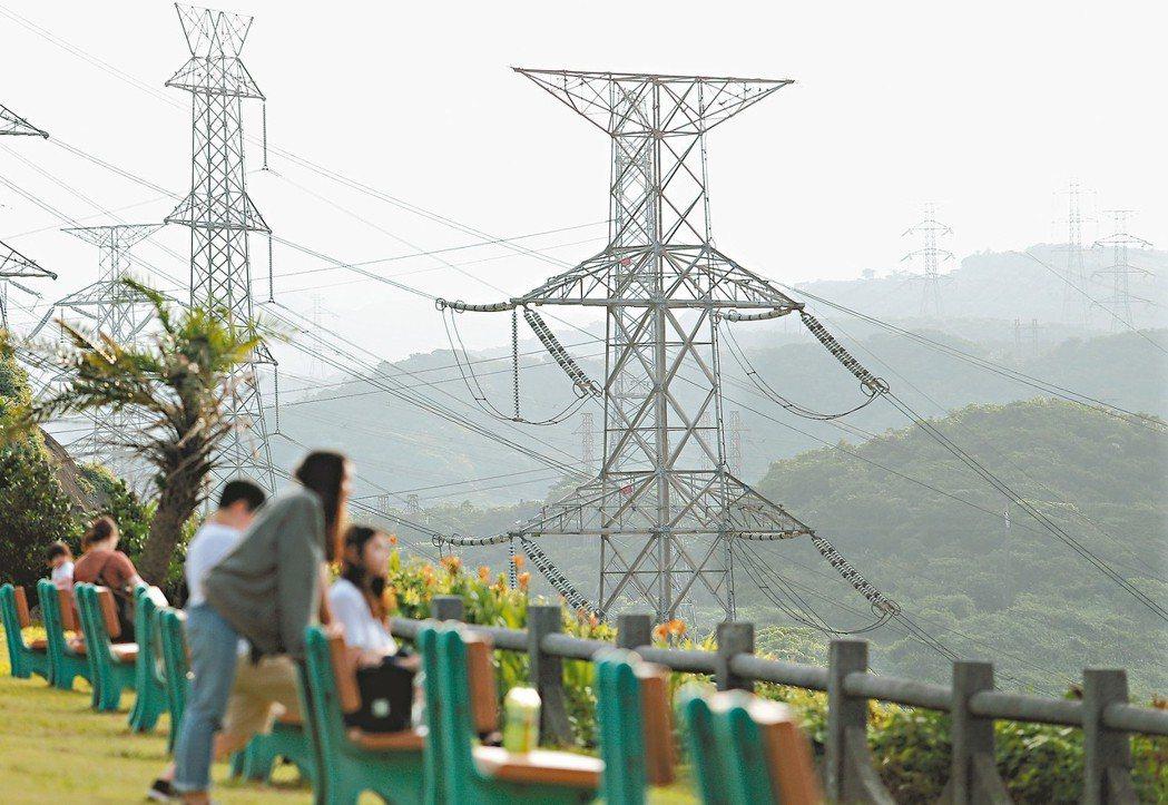 本報民調顯示,近六成受訪者不知蔡政府能源轉型方向。圖為台電高壓電塔。 記者許正宏...