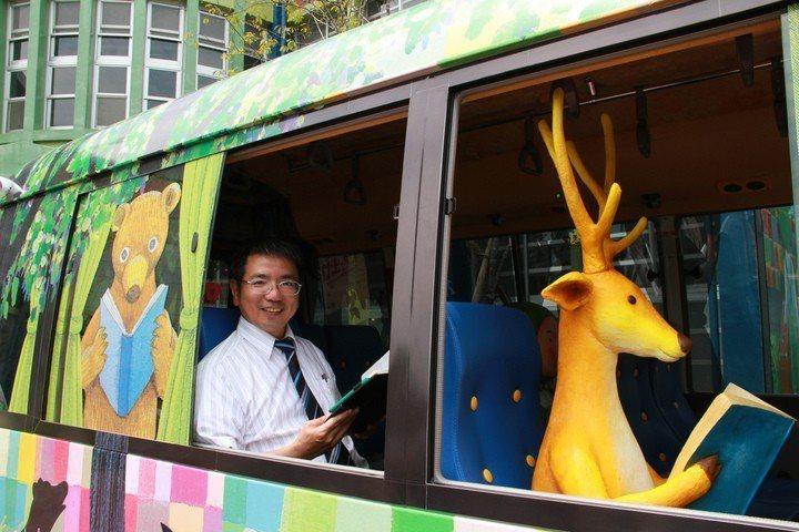 宜蘭市觀光巴士大走幾米風,「星空號」車上座位出現繪本人偶,陪伴遊客搭乘,感覺很療癒。圖/聯合報系資料照片
