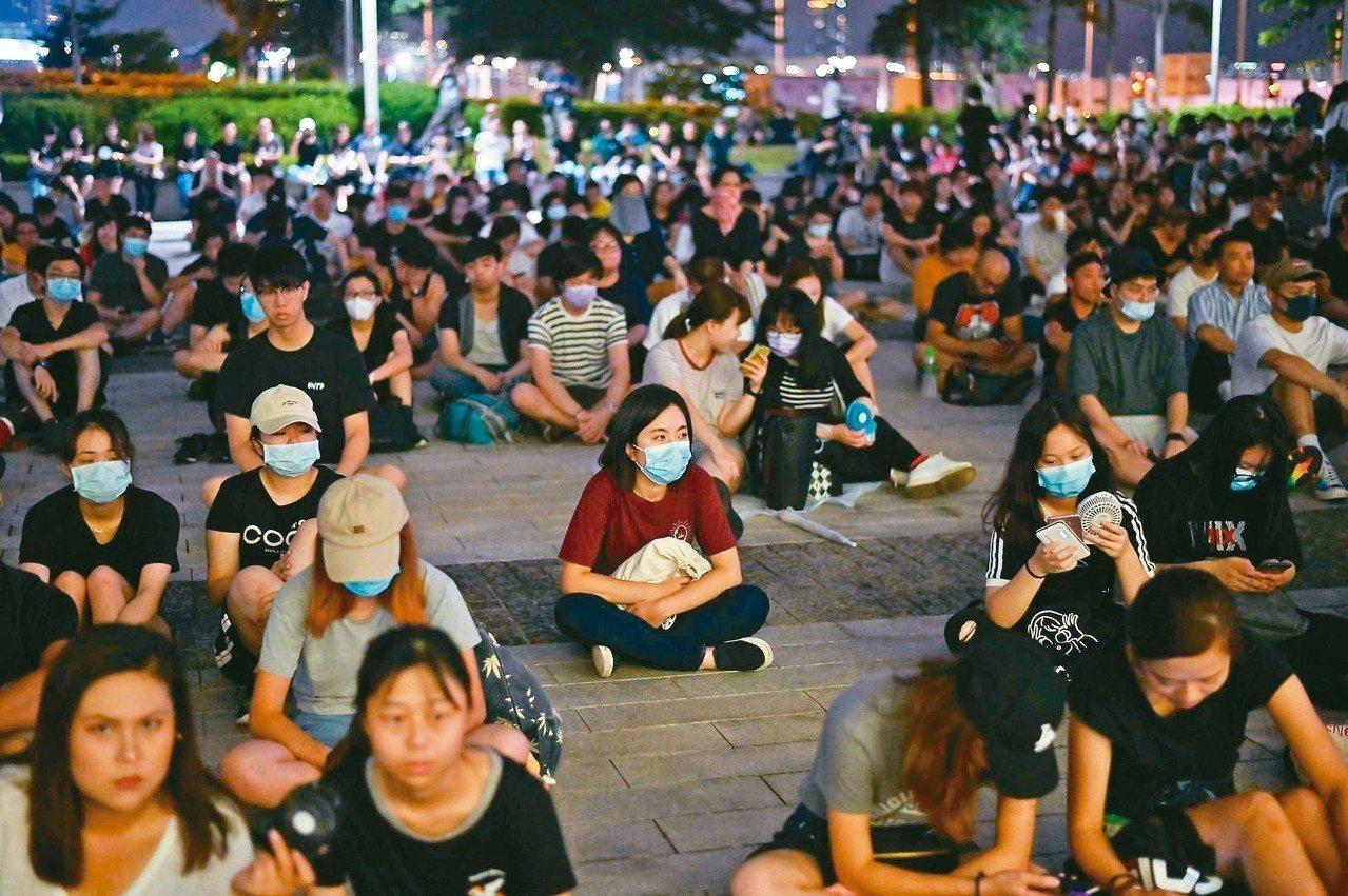香港「逃犯條例」修訂風波持續發酵,廿三日晚間民眾在立法會大樓外集會,抗議警察在「...