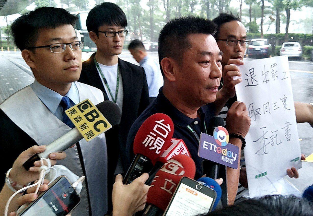 長榮航空副總陳耀銘(中)出示「十多位」想要拿回「三寶」證件的空服員委託書。記者曾...