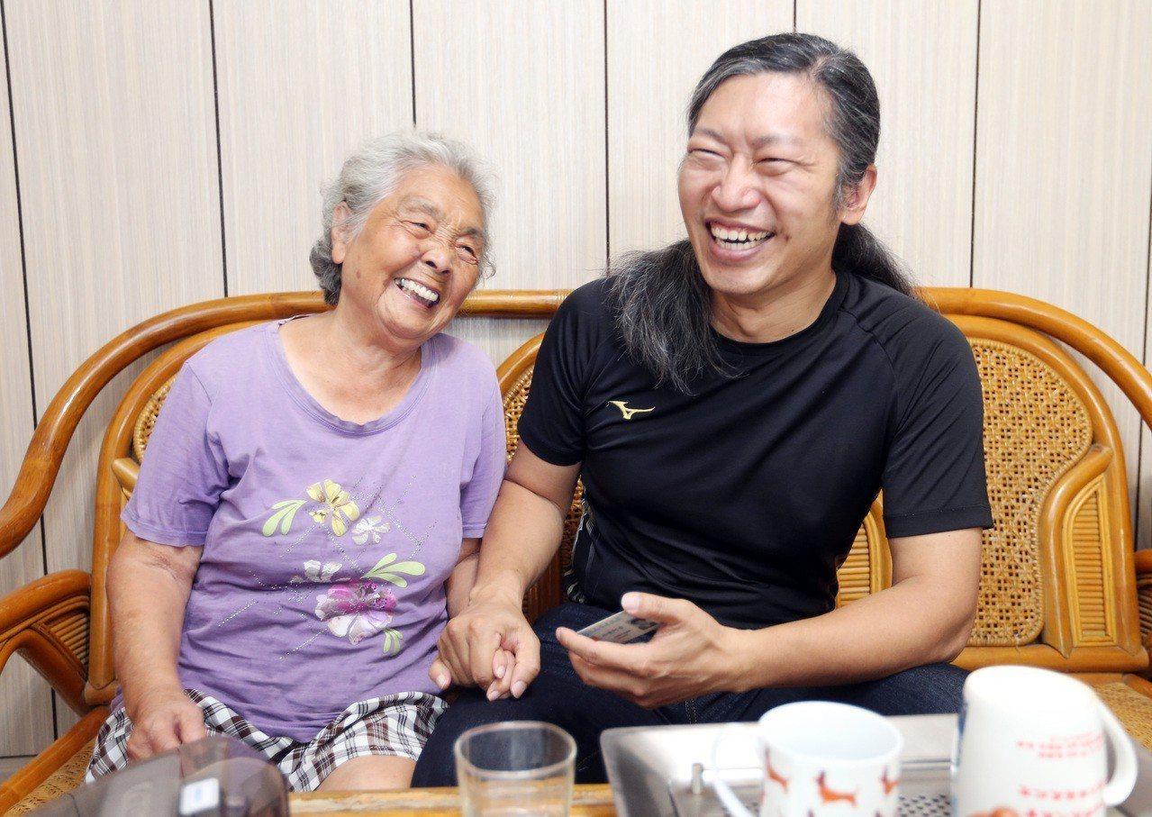 「維揚診所」醫師陳英詔在羅東地區進行居家醫療服務,高齡85歲的張老太太全部仰賴陳...