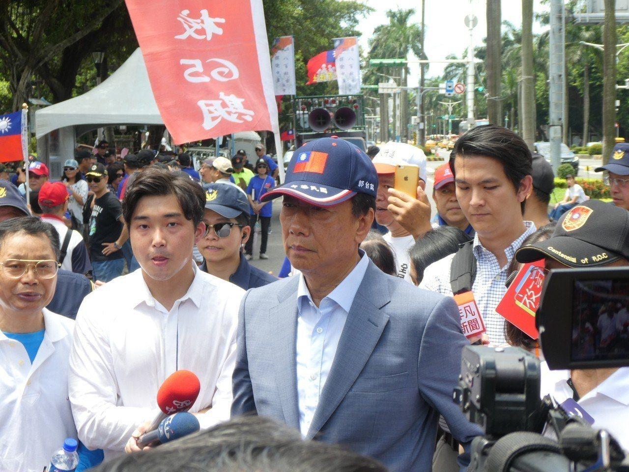 參加總統初選後,郭台銘換上淺色西裝外套,也特地戴上國旗帽。 圖/聯合報系資料照片