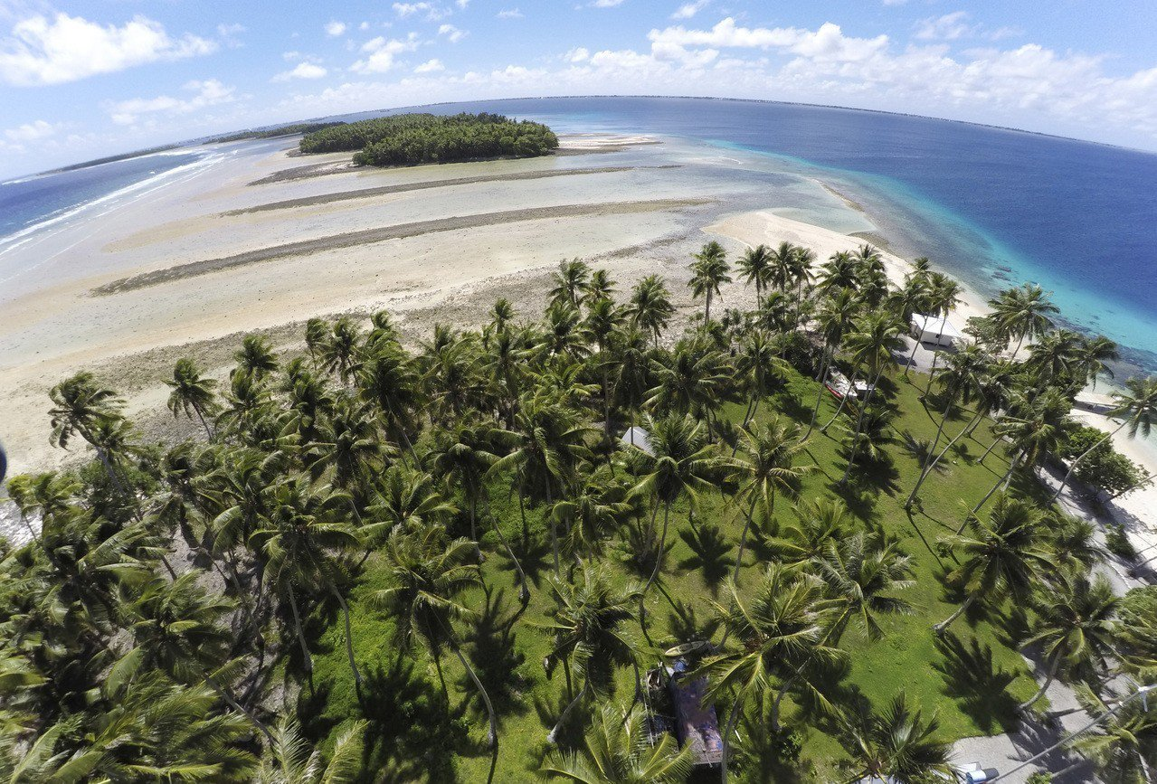 由於海平面上升,馬紹爾國土連年遭到侵蝕。政府為處理環境成本,撥預算建海堤,希望至...