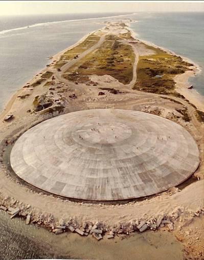 美軍在埃內塔維克環礁建造圓頂核廢料掩體,近來傳出外洩至潟湖。圖/摘自網路