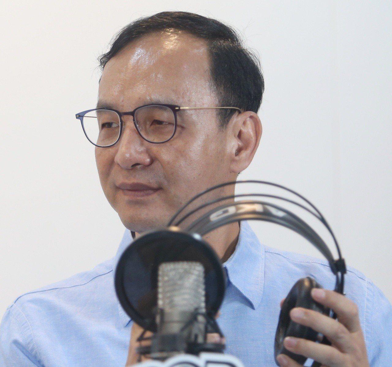參加國民黨總統初選的朱立倫上午接受電台專訪。 記者侯永全/攝影