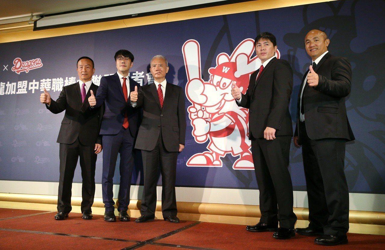 味全龍宣布加盟中華職棒,成為第五隊,左起為味全龍首席教練黃煚隆、領隊吳德威、頂新...