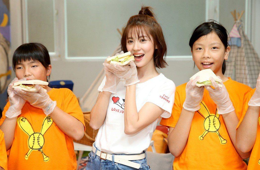 林予晞(中)出席2019「長假營養資助計畫」開跑記者會,與小朋友一同做三明治野餐...