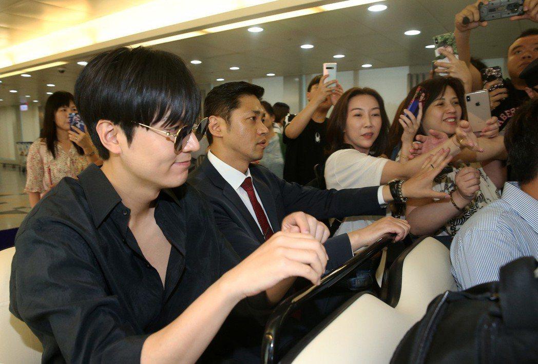 李敏鎬(左)低調搭機抵達桃園機場。記者陳嘉寧/攝影