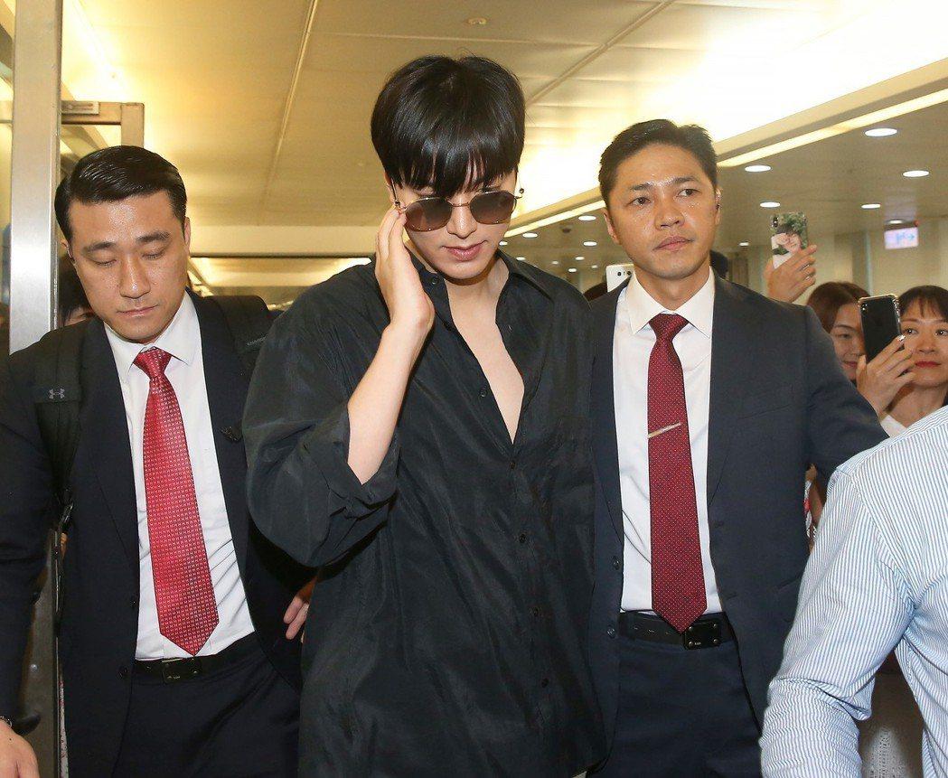 李敏鎬(中)低調搭機抵達桃園機場。記者陳嘉寧/攝影