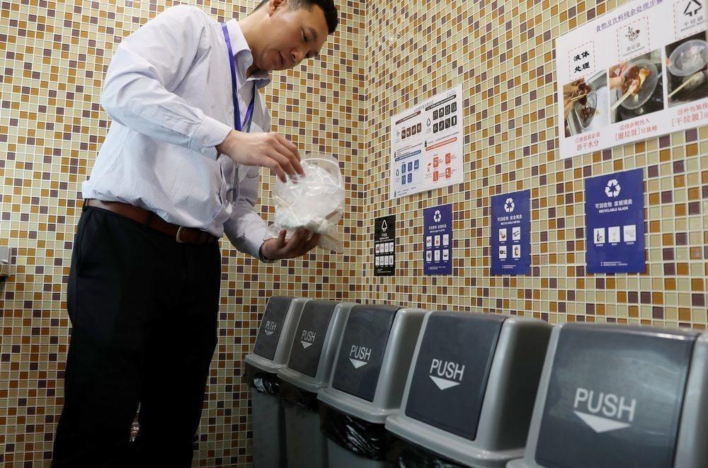上海環球金融中心實施垃圾分類管理。(新華社)