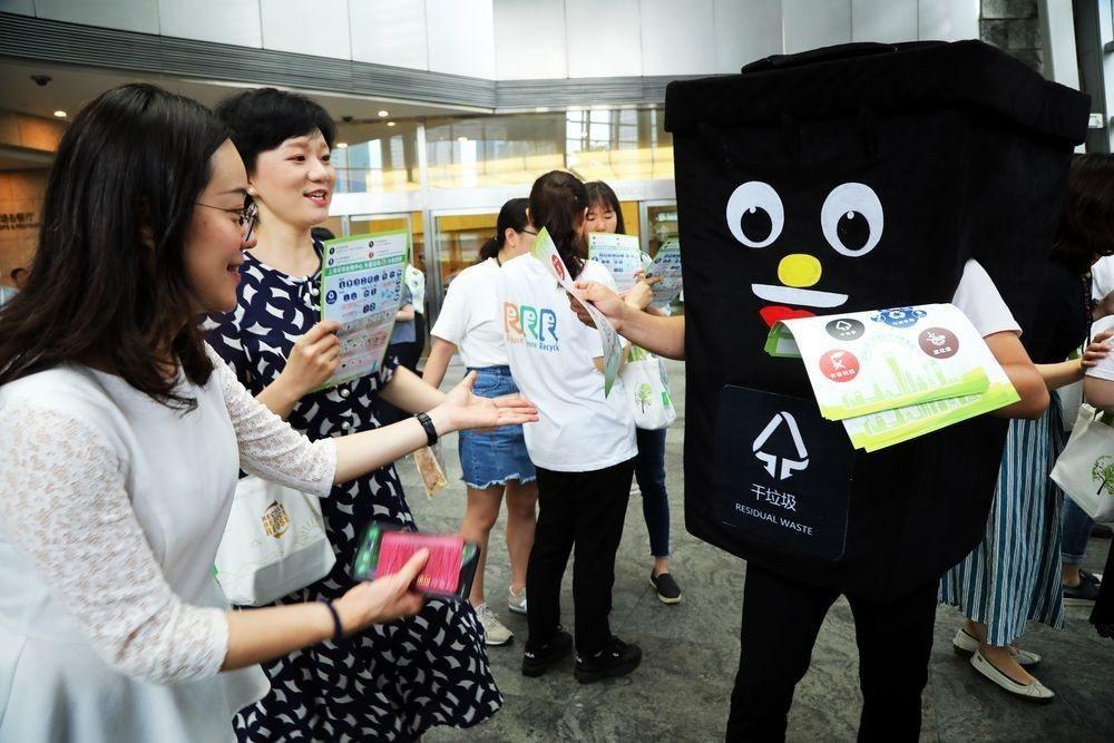上海強制推動垃圾分類,各地都推廣宣導。(中新社)