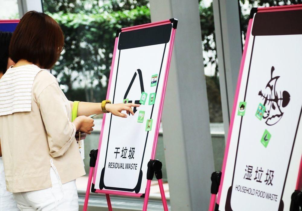 上海各地舉行垃圾分類知識科普活動。(中新社)