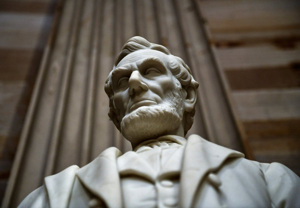 美國前總統林肯在伊利諾州擔任議員時,曾跳窗逃跑杯葛法案通過。圖為美國國會山莊的林...