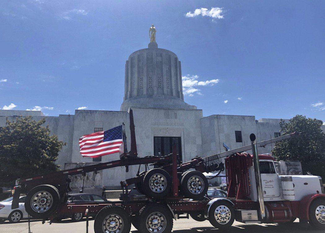 一輛卡車本月12日在俄勒岡州州議會大樓前抗議氣候變遷法案。(美聯社)
