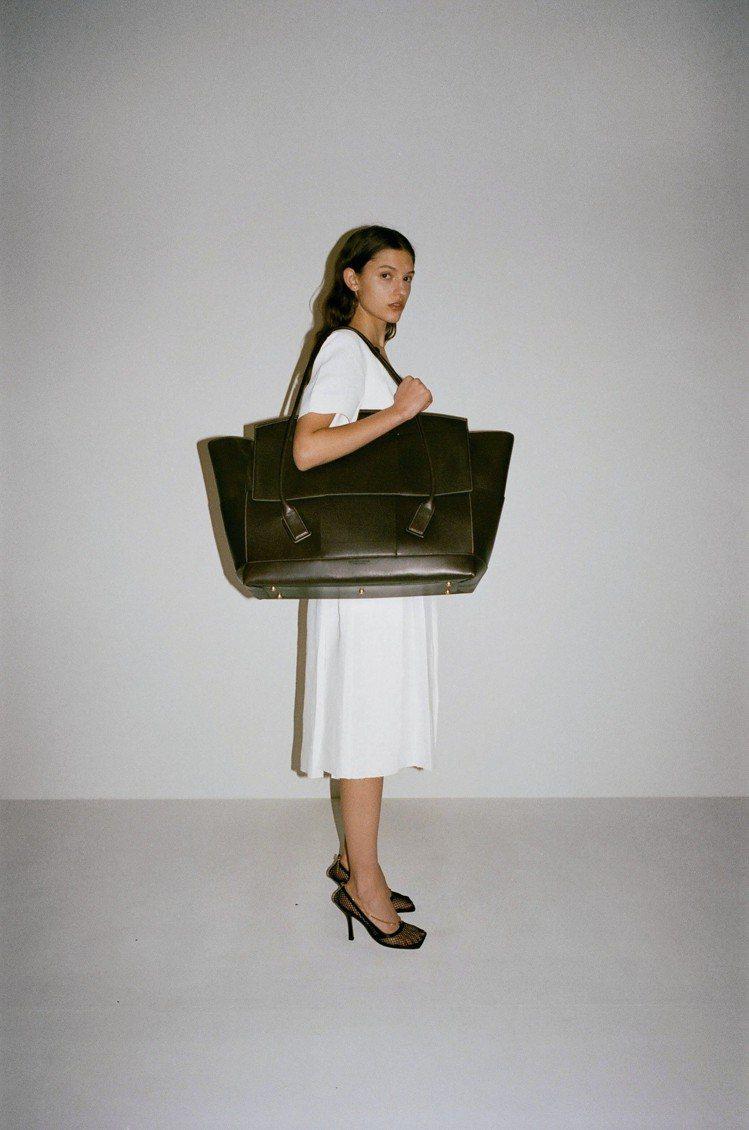 Bottega Veneta早秋系列推出的The Arco包,主打解構性直角編織...