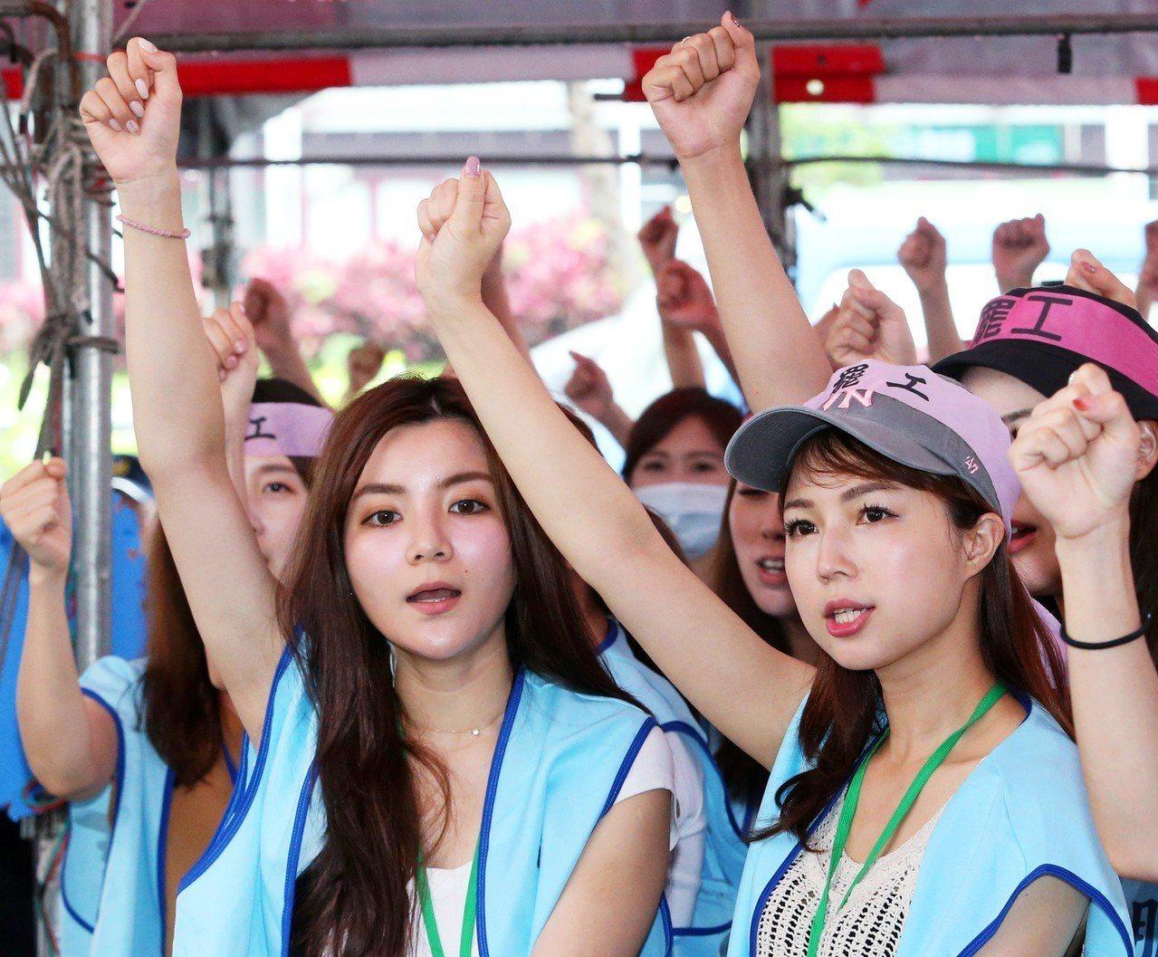參加罷工的空服員持續在桃園南崁長榮航空總部前抗爭,並高呼「長榮罷工,一定成功」口...