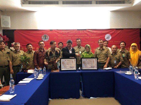 60,817公頃森林的簽約儀式完成,亞洲資產開發公司與森林部成員合影留念。 亞洲...