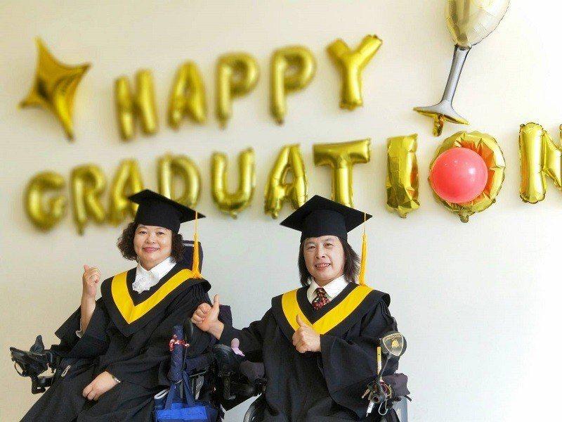 搭復康巴士來樂齡大學上課的蘇碧玫(右)及李玉珍(左),開心畢業。 朝陽科大/提供