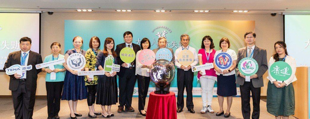 台灣尿失禁防治協會發起簽署「大齡人生不失勁」行動宣言,高聲呼籲民眾關注尿失禁的議...