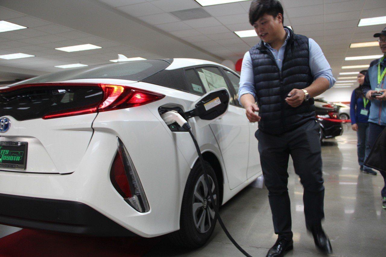 電動車銷售示範充電。 記者李晗/攝影